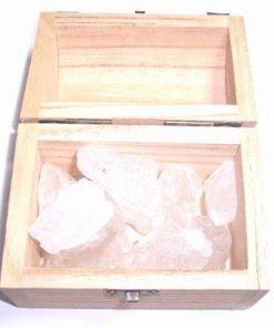 Cufarul cu cristale de cristal de stanca in forma bruta