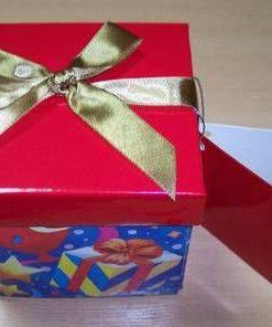 Cutie din carton colorat pentru cadouri - model deosebit !