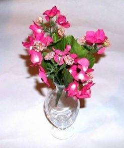 Vaza transparenta din sticla cu buchet de flori roz