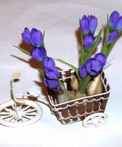 Oranament in forma de tricicleta cu flori mov