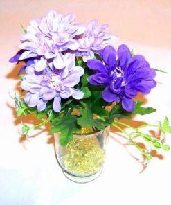 Vaza din sticla cu buchet de flori mov
