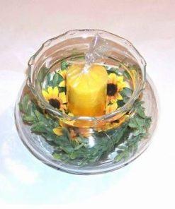 Vaza - bol din sticla cu flori si lumanare galbena