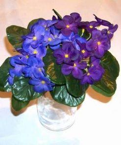 Vaza din sticla cu flori mov