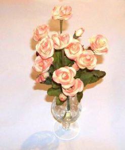 Vaza din sticla cu buchet de trandafiri roz